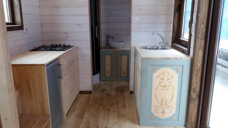 La TinyHouse de Brigitte : la Cuisine et l'accès Salle de Bain